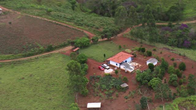 vídeos de stock, filmes e b-roll de ws aerial view over village house / minas gerais, brazil - estrada rural