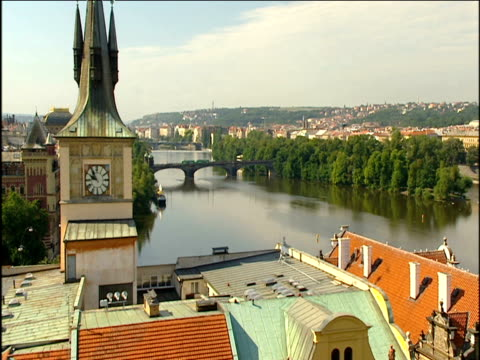 vídeos de stock, filmes e b-roll de view over vltava river and clock tower of the smetana museum in stare mesto - stare mesto