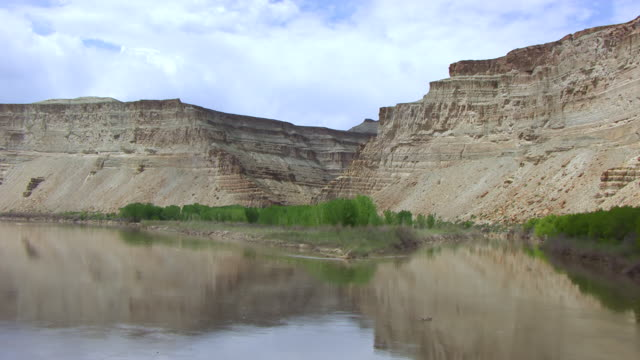 cu aerial tu view over water to green river in desolation canyon / utah, united states - river green stock videos & royalty-free footage