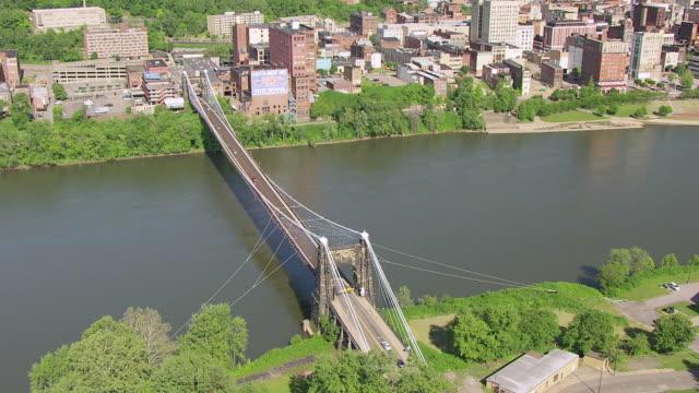 vídeos y material grabado en eventos de stock de ws ts aerial view over wheeling suspension bridge / wheeling, west virginia, united states - río ohio