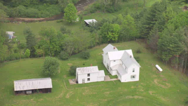ws aerial view over white farm house in pocahontas county / green bank, west virginia, united states - bank stock-videos und b-roll-filmmaterial
