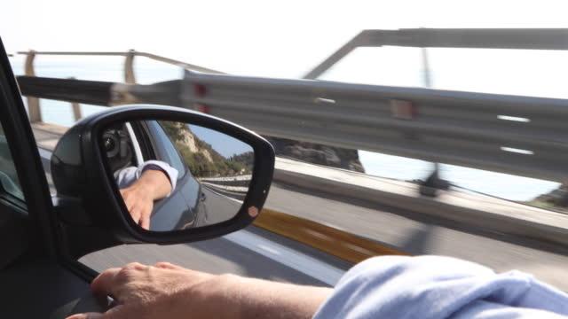 vídeos y material grabado en eventos de stock de ve más allá del brazo de la mujer mientras conducía, camino de la costa - brazo humano