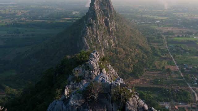 カオノカオカオ石灰岩山の頂上を眺めます。タイのナコルサワン州の有名な目的地;チルトモーション - 堆積岩点の映像素材/bロール