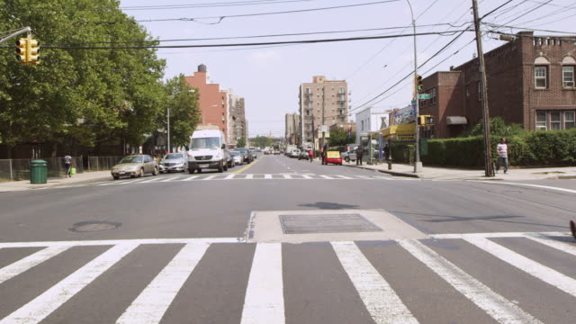 stockvideo's en b-roll-footage met ws view pedestians crossing road / new york, united states - alleen één mid volwassen vrouw