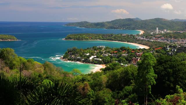 vidéos et rushes de point de vue de karon beach, kata beach et kata noi à phuket, thaïlande. belle mer turquoise et ciel bleu du point de vue élevé. - arbre tropical