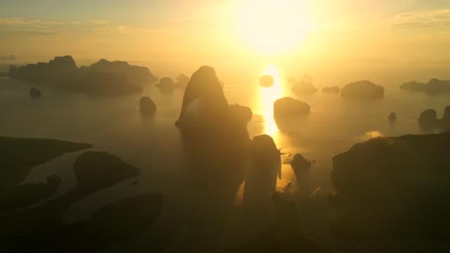 utsiktspunkt soluppgång flygfoto över phang nga bay höga berg - andamansjön bildbanksvideor och videomaterial från bakom kulisserna
