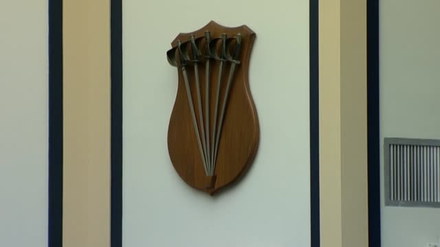 vidéos et rushes de view pulls out from shield of bayonets mounted on a wall inside the house armed services committee room during a joint committee hearing natural sound - baïonnette