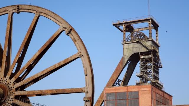 ms la view rusty iron wheel against museum les mineurs wendel / petite rosselle, lorraine, france - lorraine bildbanksvideor och videomaterial från bakom kulisserna