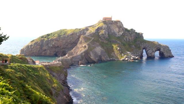 vídeos y material grabado en eventos de stock de view the islet of san juan de gaztelugatxe from the peninsula - distrito de century city