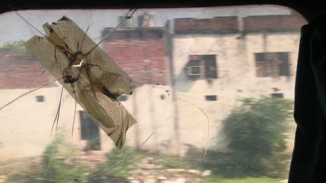 blick durch ein zerbrochenes zugfenster - fensterrahmen stock-videos und b-roll-filmmaterial