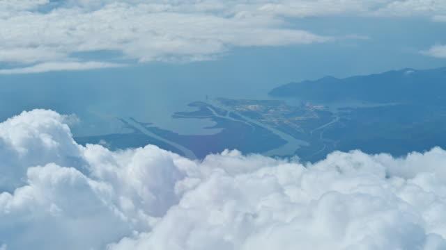 stockvideo's en b-roll-footage met mening door een vliegtuigvenster. mooie witte wolken in blauwe hemelachtergrond. reizen door de lucht - kroatië