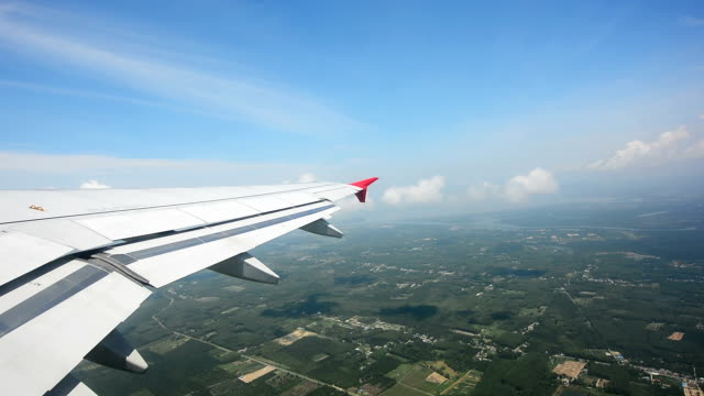 vidéos et rushes de vue à travers l'avion fenêtre - aile d'avion