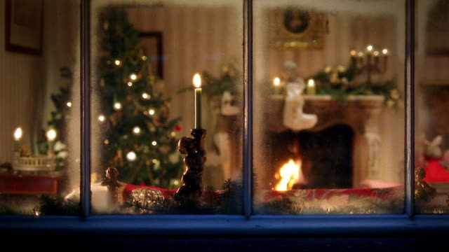stockvideo's en b-roll-footage met view through living room window with christmas scene - kerstmis