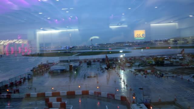vídeos y material grabado en eventos de stock de vista a través de la ventana en el aeropuerto - sala de embarque del aeropuerto