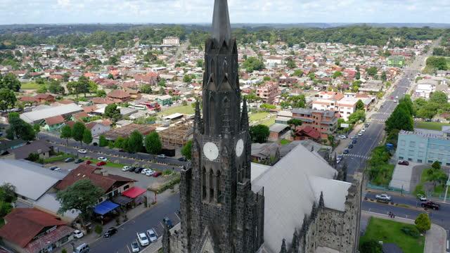 vídeos de stock, filmes e b-roll de vista para a igreja de canela, rio grande do sul, brasil - catedral