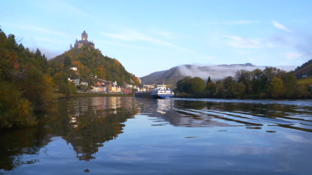 vídeos de stock, filmes e b-roll de view to cochem with the cochem imperial castle on mosel river and barge. - renânia palatinado