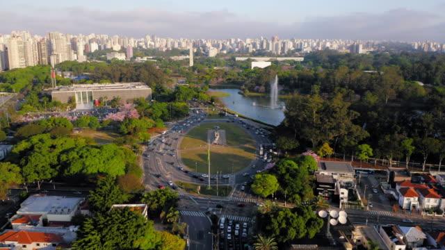 vídeos de stock, filmes e b-roll de vista para o parque do ibirapuera e os buldings ao fundo, são paulo, brasil - moving image