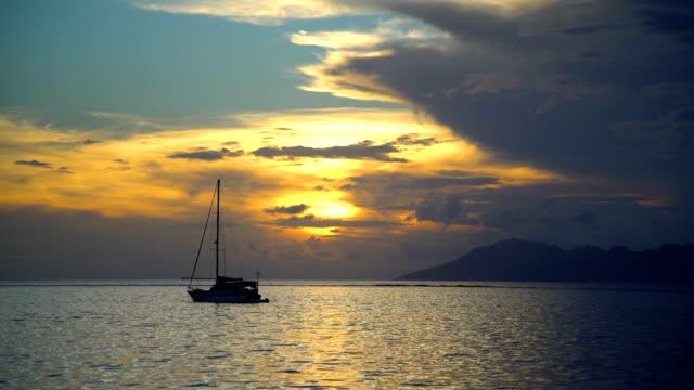 vídeos de stock e filmes b-roll de view to moorea from tahiti at sunset pacific - povo polinésio