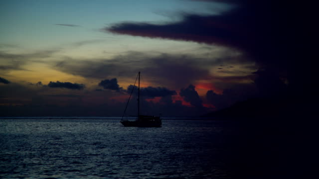 view to moorea from tahiti at sunset pacific - polynesischer abstammung stock-videos und b-roll-filmmaterial