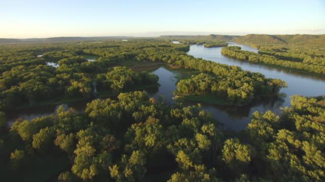 vídeos de stock, filmes e b-roll de ws aerial tu view too over upper mississippi fish and wildlife refuge / iowa, united states  - rio mississipi
