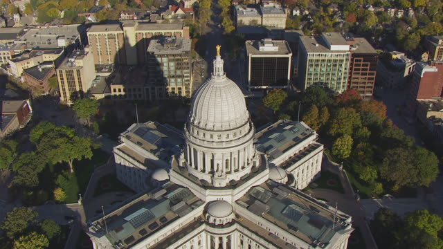 vídeos de stock, filmes e b-roll de ws aerial view top over birds eye view fly over state capitol building / madison, wisconsin, united states  - legislação