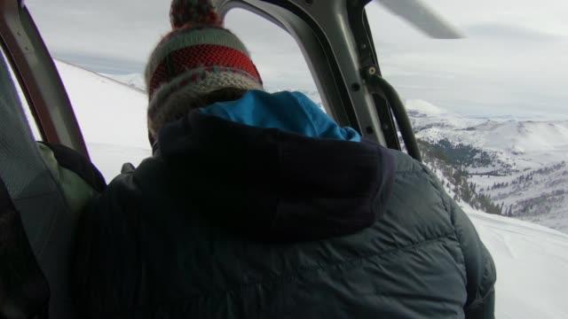 vídeos y material grabado en eventos de stock de ve hacia el piloto del helicóptero volando sobre las montañas - abrigo de invierno