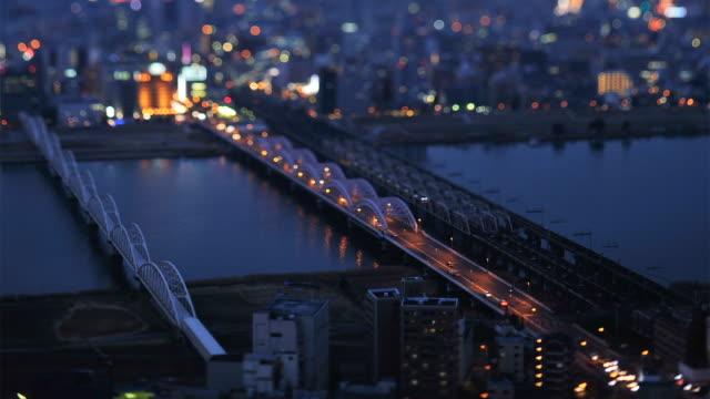 vídeos y material grabado en eventos de stock de ws t/l view traffic moving on bridge and city scape / osaka, japan - tilt shift