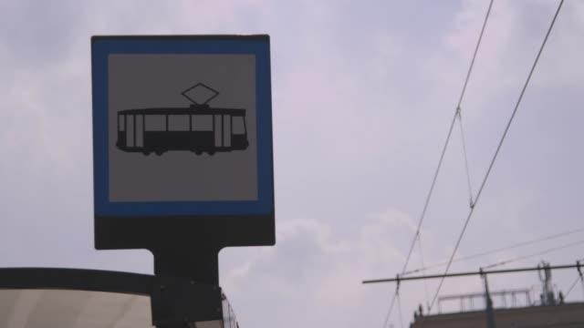 vídeos de stock e filmes b-roll de las view tram stop sign, warsaw - linha do elétrico