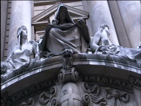 view under arch of central criminal court building - オールドベイリー点の映像素材/bロール