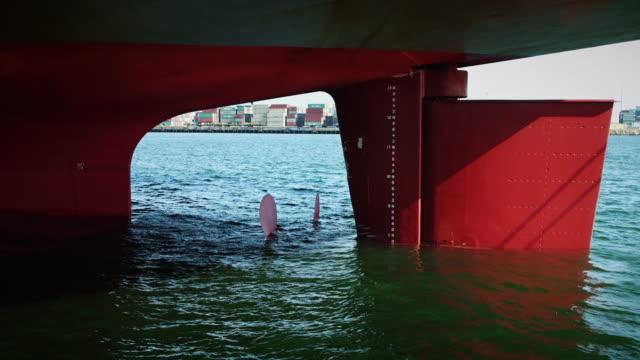 Weergave onder roer van afgemeerd containerschip