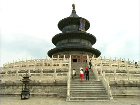 vidéos et rushes de view up stone steps to temple of heaven, low angle, beijing, china - temple du ciel