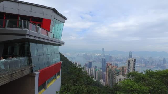 vídeos de stock, filmes e b-roll de viewing deck and view overlooking victoria harbor in hong kong - hong kong, china - ponto de observação