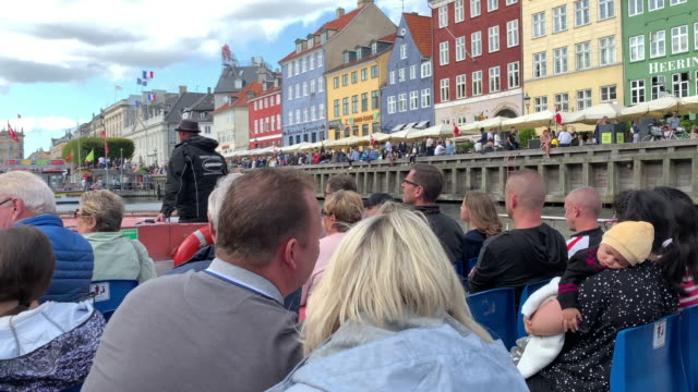 viewing the sights at nyhavn harbour from a tour boat, copenhagen - regione dell'oresund video stock e b–roll