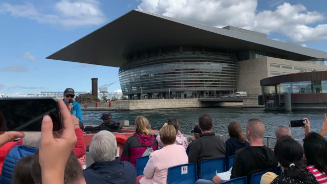 viewing the spectacular copenhagen opera house from a tour boat, copenhagen - regione dell'oresund video stock e b–roll