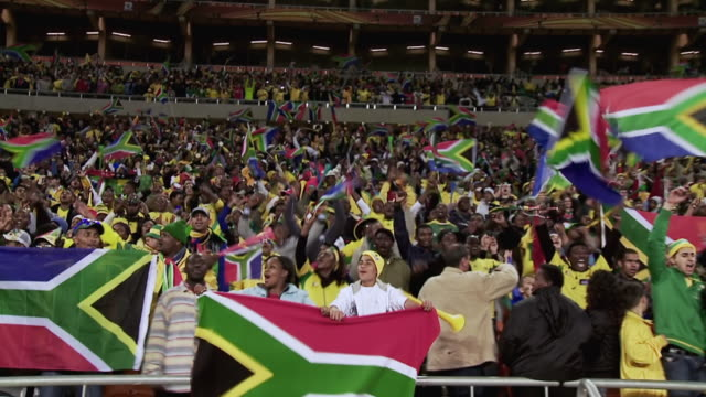 vidéos et rushes de ws pan viewof south african fans during soccer match at soccer city / johannesburg, gauteng, south africa - république d'afrique du sud