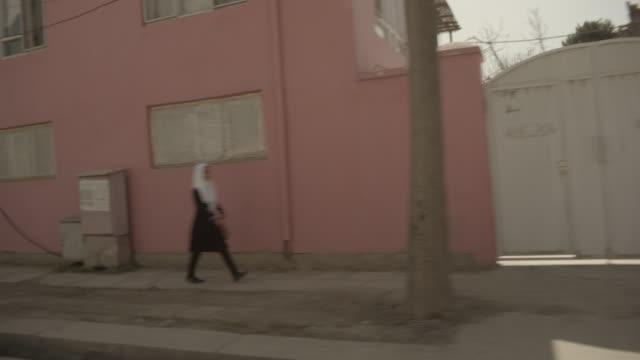 vidéos et rushes de viewpoint from moving car - vêtement religieux