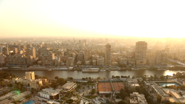 stockvideo's en b-roll-footage met ws viewpoint over nile river & city at sunset/ cairo/ egypt - caïro
