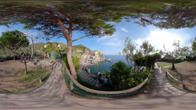 360 VR / Viewpoint over the village of Manarola and the coastal cliff