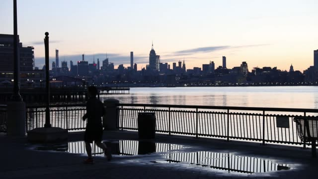 views from jersey city new jersey of the lower manhattan skyline on tuesday april 23 2019 - ジャージーシティ点の映像素材/bロール
