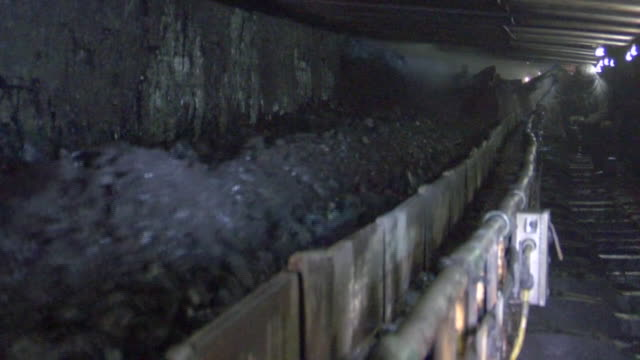 vidéos et rushes de views inside a coalmine in ohio - carrying