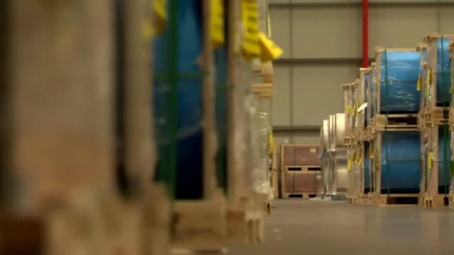 vídeos de stock, filmes e b-roll de views inside a label factory - cilindro veículo terrestre comercial