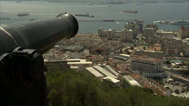 vídeos de stock e filmes b-roll de views of a cannon overlooking gibraltar and binoculars with the pound sterling and euro symbols on them - símbolo da libra esterlina