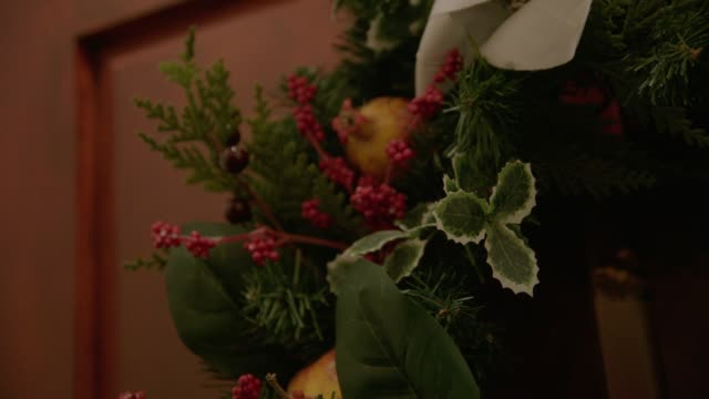 stockvideo's en b-roll-footage met cu views of a christmas wreath - krans