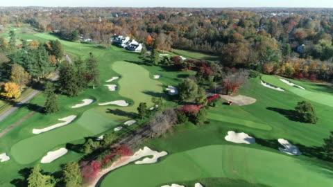 vídeos de stock, filmes e b-roll de views of a golf course in philadelphia - obstáculo de água