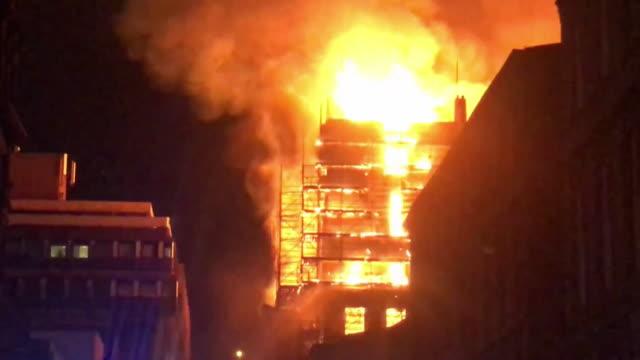 vidéos et rushes de views of a huge fire at the glasgow school of art - brasier