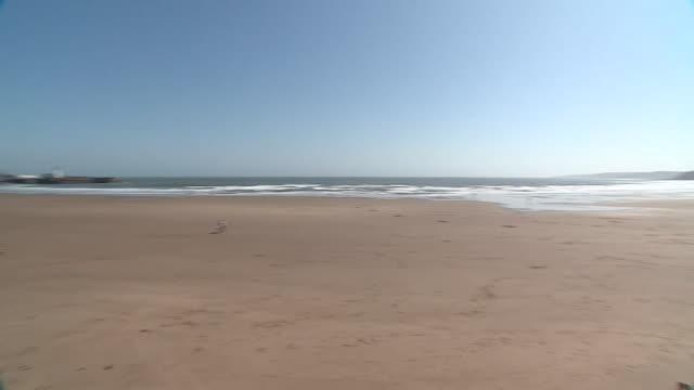 vídeos de stock e filmes b-roll de views of a largely deserted scarborough beach during the coronavirus lockdown - scarborough reino unido