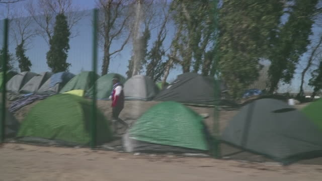 "vidéos et rushes de views of a migrant camp in calais during the coronavirus crisis - ""bbc news"""