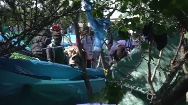 "vidéos et rushes de views of a migrant camp in calais - ""bbc news"""