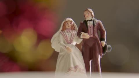 vídeos y material grabado en eventos de stock de cu views of a wedding cake topper - estilo victoriano
