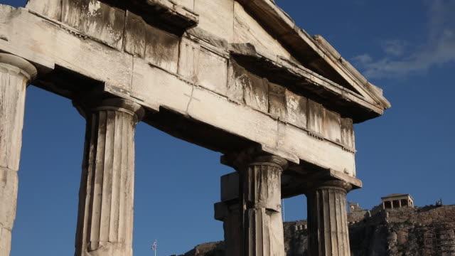 vídeos de stock e filmes b-roll de views of ancient buildings in athens, greece on friday, may 1, 2020. - frontão triangular